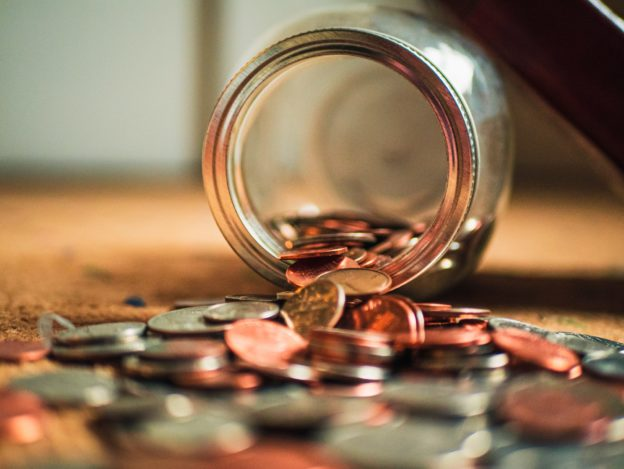 Bocal renversé contenant de la monnaie