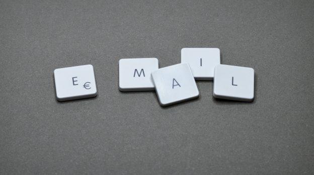 """Lettres de clavier mises côte à côte pour formet le mot """"email"""""""