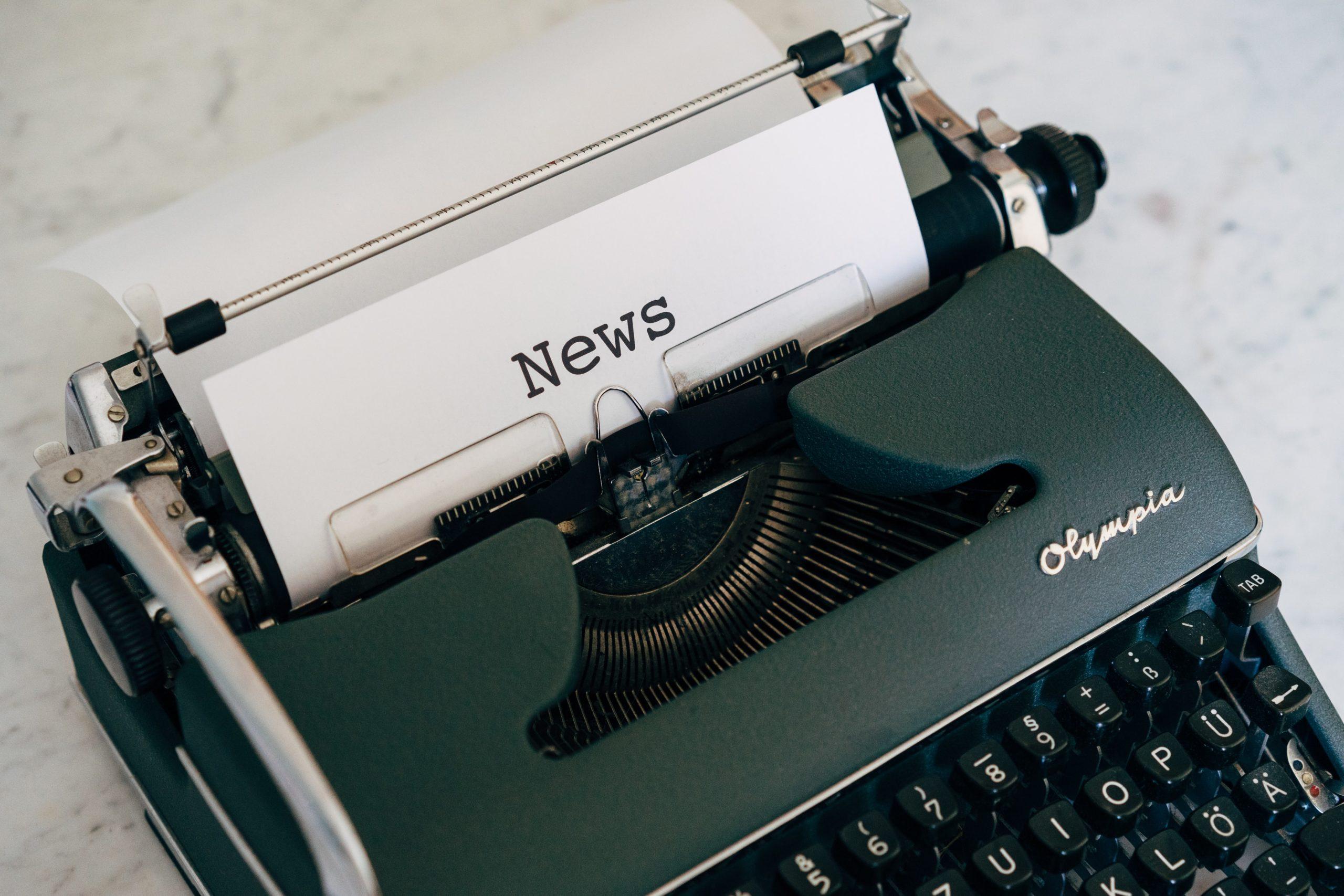Machine à écrire écrivant le mot