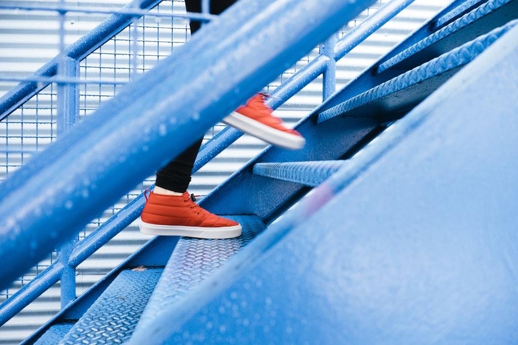 Quelqu'un monte des escaliers