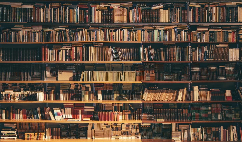 Bibliothèque remplie de livres